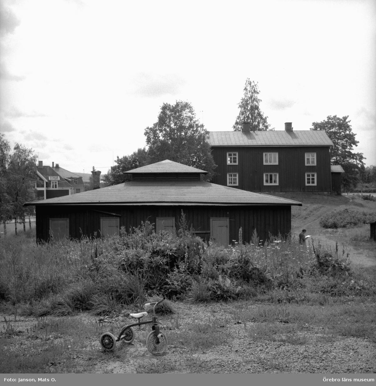 Boforsinventeringen, arbetarbostäder. Gråbo, Korpkullen. Hus 1003 och uthus 1004, från norr.