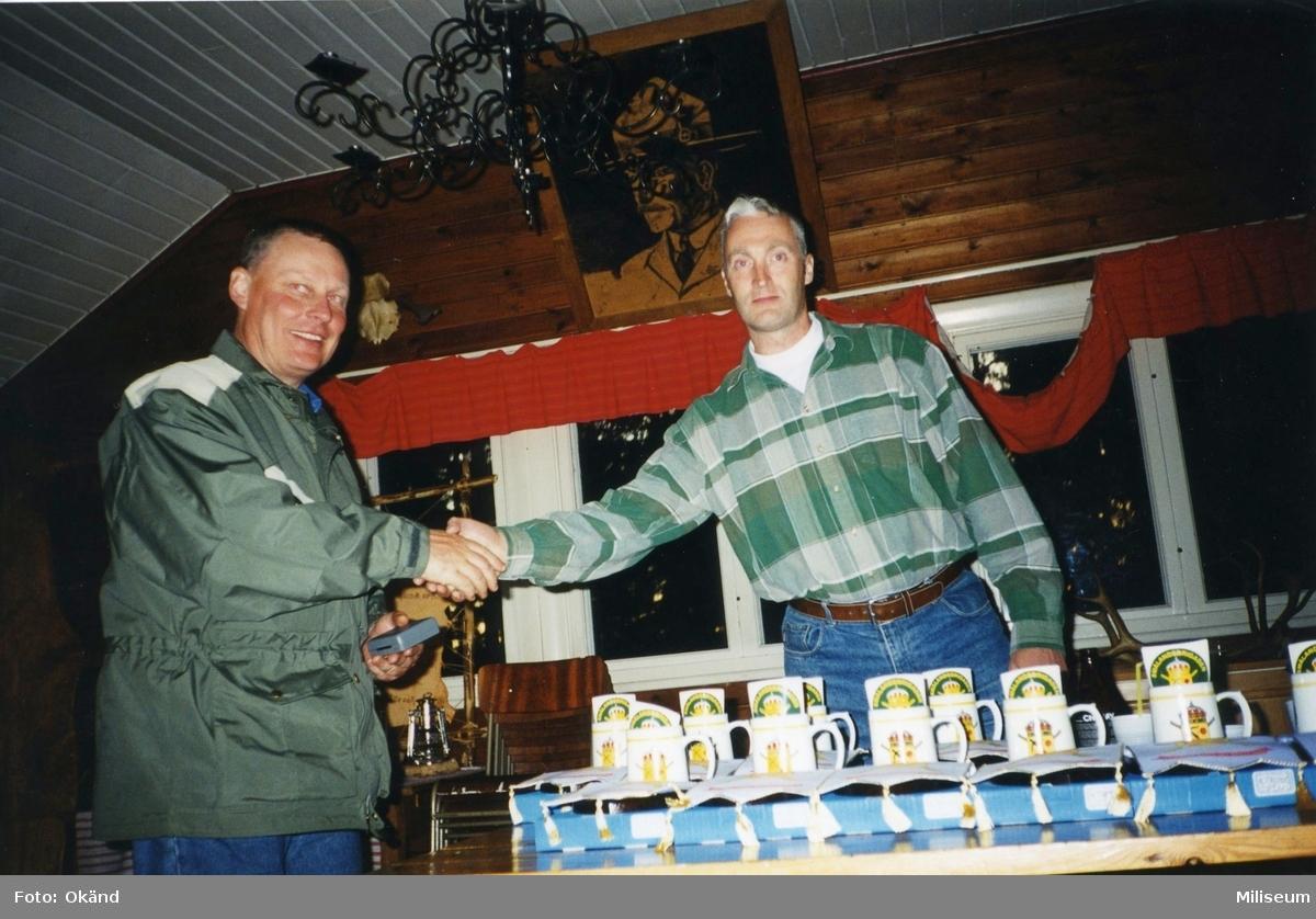 Personalaktivitet, I 12 på Eksjö Scoutgård, Skälsnäs. Prisutdelning. Löjtnant Håkan Löfgren, I 12 och Per Sandgren, I 12.