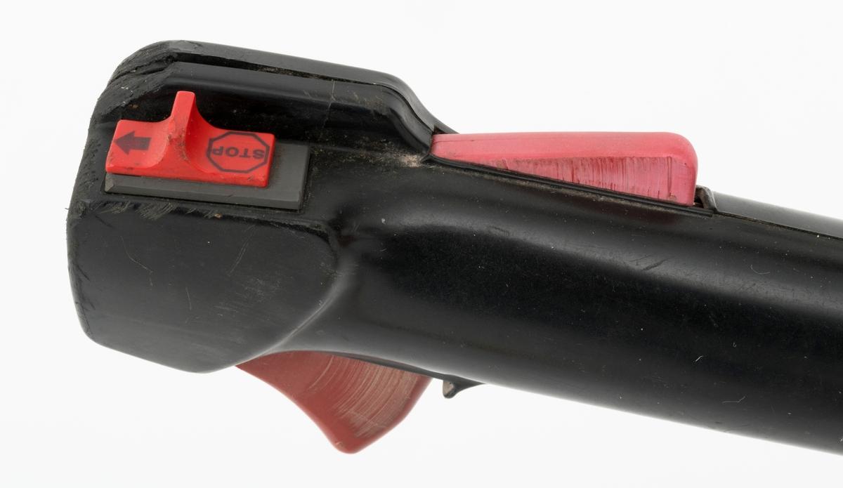 Motorsag, rydningssag, ryddesag, av typen Jonsered RS 51 beregnet for en person. Ryddesaga ser for registrator ut til å være tilnærmet komplett. Det er påmontert en avtagbar bladbeskytter på sagbladet (sirkelsagbladet, sagklingen). Tanklokk til bensinpåfyllingen mangler. Det følger ikke med bæresele til saga. I skogbruket brukes ryddesaga til ungskogpleie, tynning, rydding av kratt, mindre busker og trær.   Rydningssaga består av blad (sirkesagblad, sagklinge) og motor koblet til et langt stålrør/riggrør. Motor og blad er montert i hver sin ende av røret. Bladet er montert til en vinkelveksel / vinkelgir(gearhus). Kraftoverføringen fra motoren til sagbladet skjer ved hjelp av en aksel i det nevnte stålrøret/riggrøret. Bæreselen kan valgfritt festes i fem forskjellige hull rett bak styret (håndtaket.) Håndtaket er skrudd fast med en plastmutter (vingemutter) til en festeanordnig i riggrøret. Ved å løsne denne mutteren kan brukeren regulere håndtaket (håndtaksbøylen) framover, bakover og sideveis. På høyre håndtak gjenfinnes gasspådrag og stoppknapp. Stoppknappen er separat montert på håndtaket, ikke i samme hendel som gasshendelen. Choke og halvgass er plassert rett ved luftfilteret på venstre side av motorkroppen. Saga er utstyrt med sirkelsagblad for rydding av busker, mindre trær og kratt. Ryddesaga kan også utstyres til å slå gress. Sagas bensintank er plassert på undersiden av motorhuset, rett under forgasseren (venstre side av motorhuset). (Lyddemperen/eksospotta gjenfinnes på på høyre side av motorhuset.) Starthuset er montert bak på bensintanken. Bensinpåfyllingen er plassert rett til venstre for starthåndtaket.  Rydningssaga startes ved hjelp av snortrekk/startsnor. Saga har totaktsmotor. Ut fra Jonsereds katalog i 1995 gjengis det her noen tekniske data for RS 51: Sylindervolum: 50,8 kubikkcentimeter Volum dirvstofftank: 0,75 liter Vekt uten skjæreutstyr: 9,1 kg Effekt: 2,5 kW (3,4 hk)
