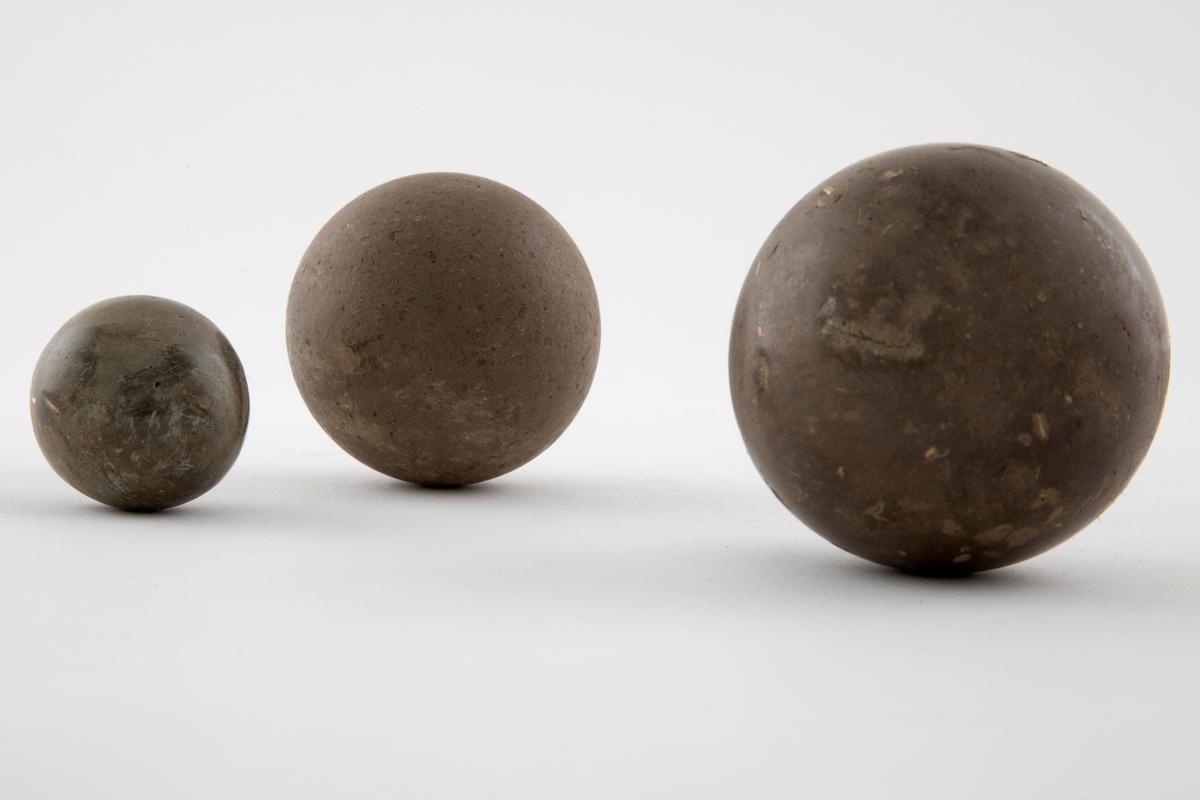 Installasjon bestående av 52 kuler i varrierende størrelser. Håndformede og polerte kuler av jord, leire og strå. Dimensjonenen på installsjonen varierer.