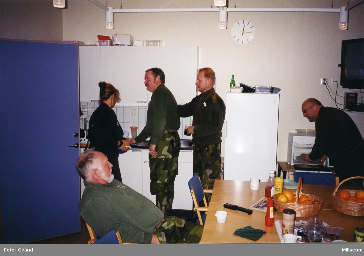 Expedition på I 12. Personal rum. Stående ?, Ronny Andersson, I 12, ?, löjtnant Hans-Peter Waldener, I 12.