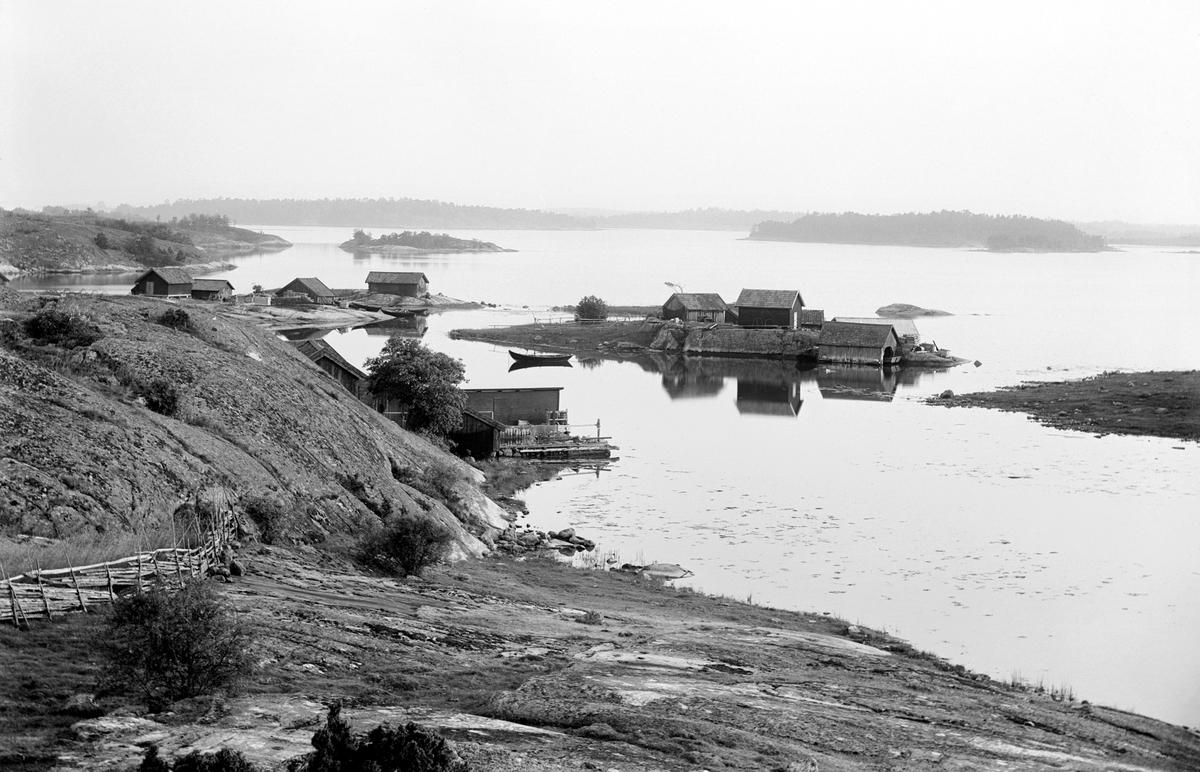Dryga 100 år har förflutit sedan bygdefotografen Emil Durling frös denna vy över Husfjärden från Harstena. Ännu är Stångskär i blickfånget omfluten och Båtsviken till vänster farbar.