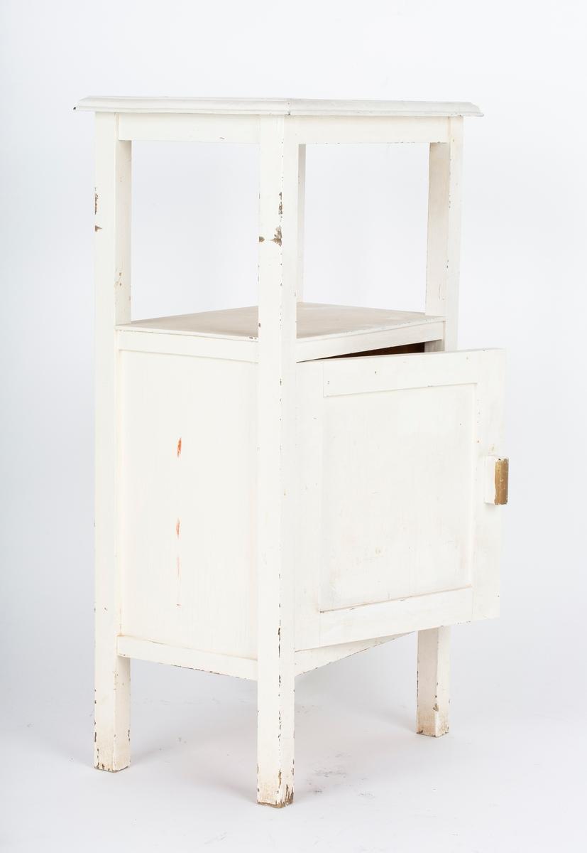 Høy type med skap nederst (til nattmøbel) En åpen hylle under bordplaten. Underskapet fylt med diverse medisiner Se FHM.07502