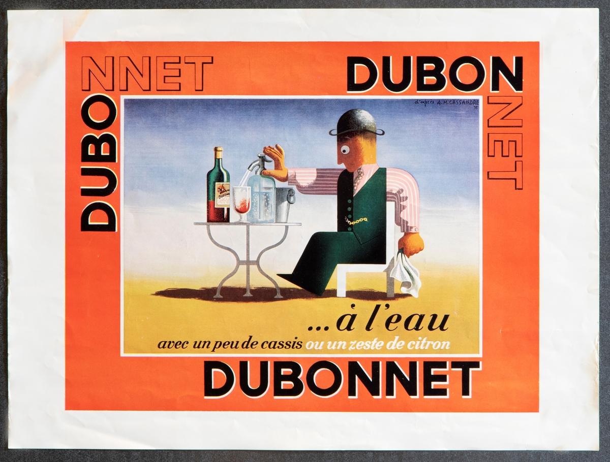 """Tre reklameplakater for aperitiffen Dubonnet i liten format; en i rektangulær høydeformat og to i rektangulær breddeformat.  Plakaten i rektangulær høydeformat har et fargerikt billedfelt i midten som skrår opp mot venstre. Her er det gjengitt tre """"stadier"""" av en velkledd mann som sitter ved et bord og drikker. Figuren går gradvis over fra hvit til svart. På billedfeltet og omkring står det DUBO DUBON DUBONNET, på sidene i liten tekststørrelse og gjentatt slik, at teksten danner et mønster.  To plakater i rektangulær breddeformat med respektive rød og gul margin, tekstet med DUBONNET. Teksten blir gradvis svartere. I billedfeltet er det gjengitt en velkledd mann ved et bord med drikkevarer i henholdsvis varmt og kaldt vær."""