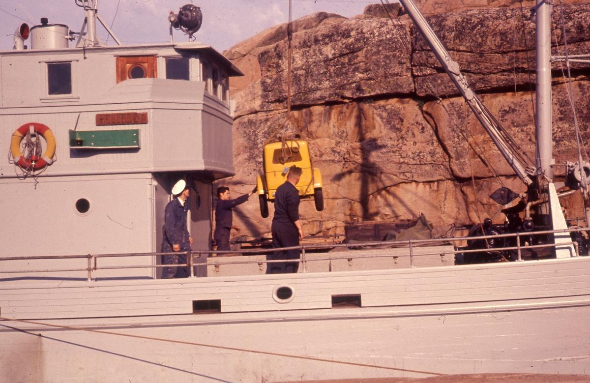 Felt 1967. Transport og tilrigging. Lasting av pumpe ombord i Hellesøy.