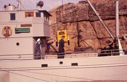 Felt 1967. Transport og tilrigging. Lasting av pumpe ombord