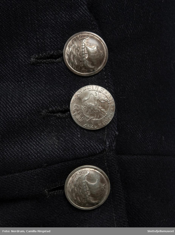 Mannsbunad fra Borre. Rød vest, mørkeblå bukse.