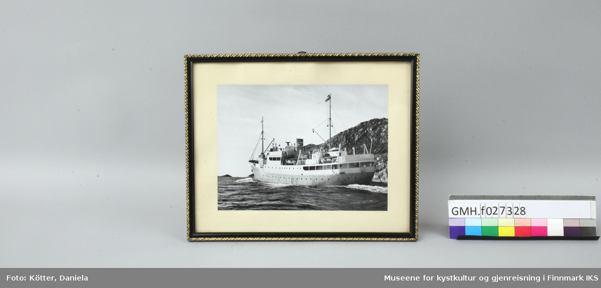FFR-båten M/S Alta seiler ved kysten.