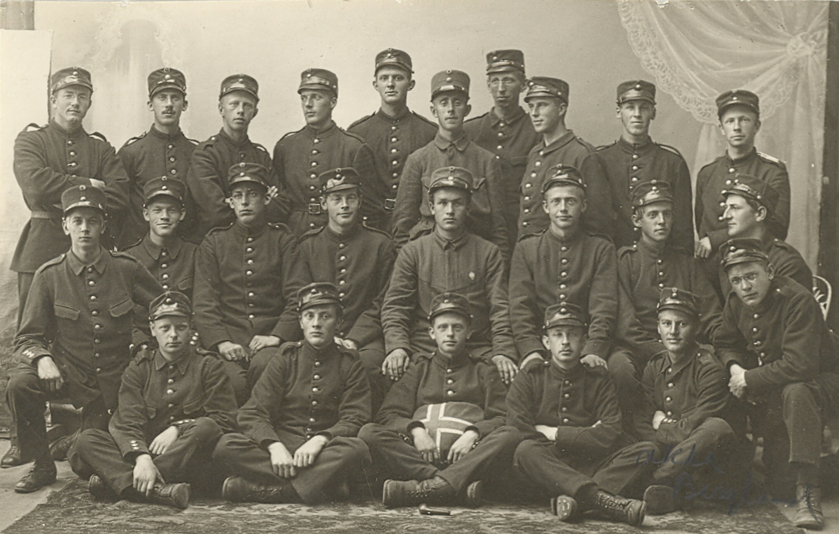 Fotografi av militære mannskap. Neri H. Valen, Bø, nr. 4 frå h. i bakre rekkje