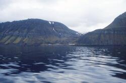I Isfjorden med sikte mot dess södra sida med Grumantbyen.