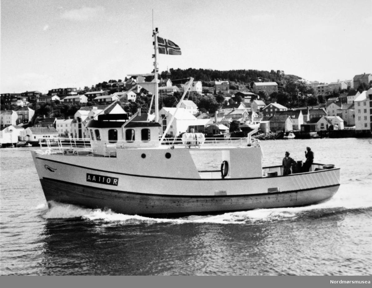 AA 110 R fiskebåt, krysser, bygd på Bremsnes båtbyggeri, Averøy. Bildet er fra avisa Tidens Krav sitt arkiv i tidsrommet 1970-1994. Nå i Nordmøre museums fotosamling.
