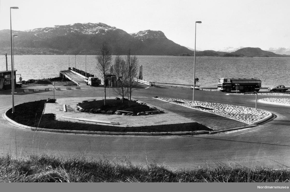 Bremsnes fergekai. Utbygging, anleggsarbeid, serie. melketankbil. Bildet er fra avisa Tidens Krav sitt arkiv i tidsrommet 1970-1994. Nå i Nordmøre museums fotosamling.