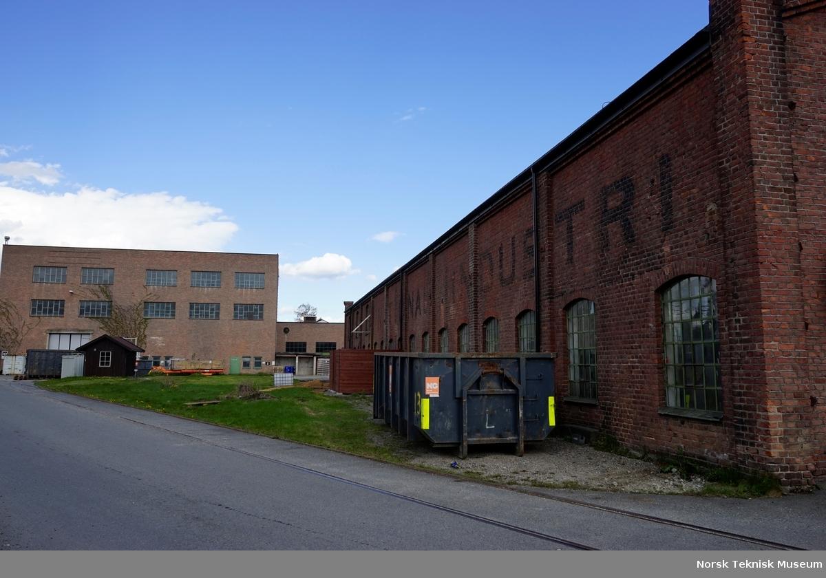Bygg 41 i forgrunn til h. var Nationals første fabrikkhall, sist brukt av Haandbryggeriet. I bakgrunn Hall 1 med påbygg. Jacob Brochs gate langs jernbanen i forgrunn.