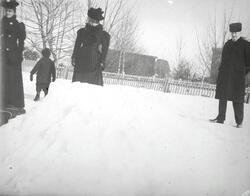 Familien Bache på tur i Storgata i Hønefoss