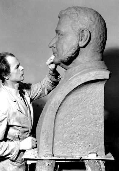 Sixten Nilsson i arbete med bysten på G. A. Andersson, K. M. W:s grundare.Sixten Nilsson (1911-1962), var verksam som skulptör, målare, grafiker och tecknare. Lärare i teckning och bildhuggeri vid Karlstads yrkesskola. Studerade vid Académi Scandinave i Paris för bland annat Despiau 1935, vid Konsthögskolan i Stockholm för Nils Sjögren 1936-40 och vid Escuela Superior de Bellas Artes de San Jorge i Barcelona 1952-53. Studieresor till Norge, Frankrike och Spanien. Han är främst representerad i Karlstad bland annat med bysten över K. M. W:s grundare G. A. Andersson på Hagatorget och på Värmlands museum.Källa: Svenskt konstnärslexikon, 1957.