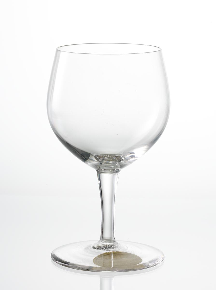 Vitvinsglas, slät kupa med svagt konande ben.