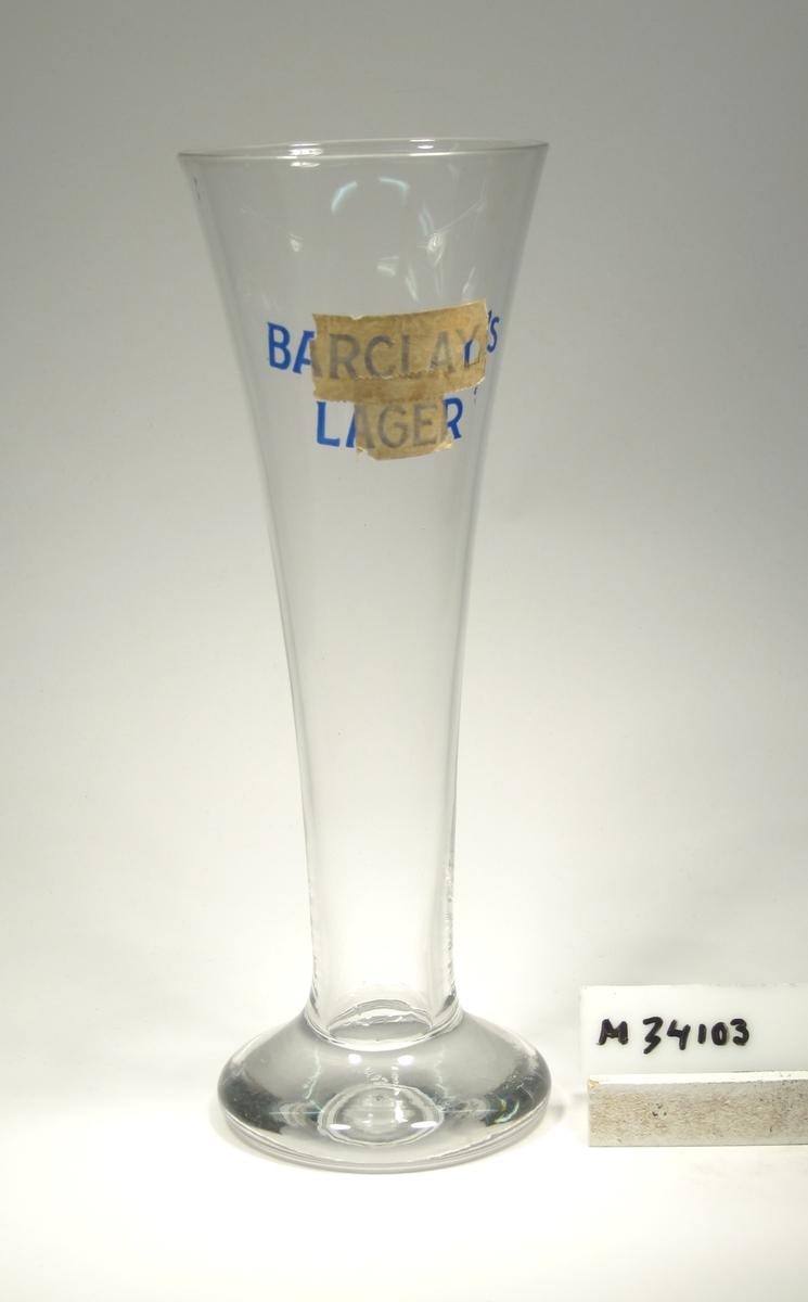"""Lätt trumpetformad kupa med påklippt klack. Målat märke: """"BARCLAY'S LAGER""""."""