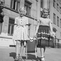 Første skoledag etter sommerferien. Gerd Tamnes (tv) og Brit