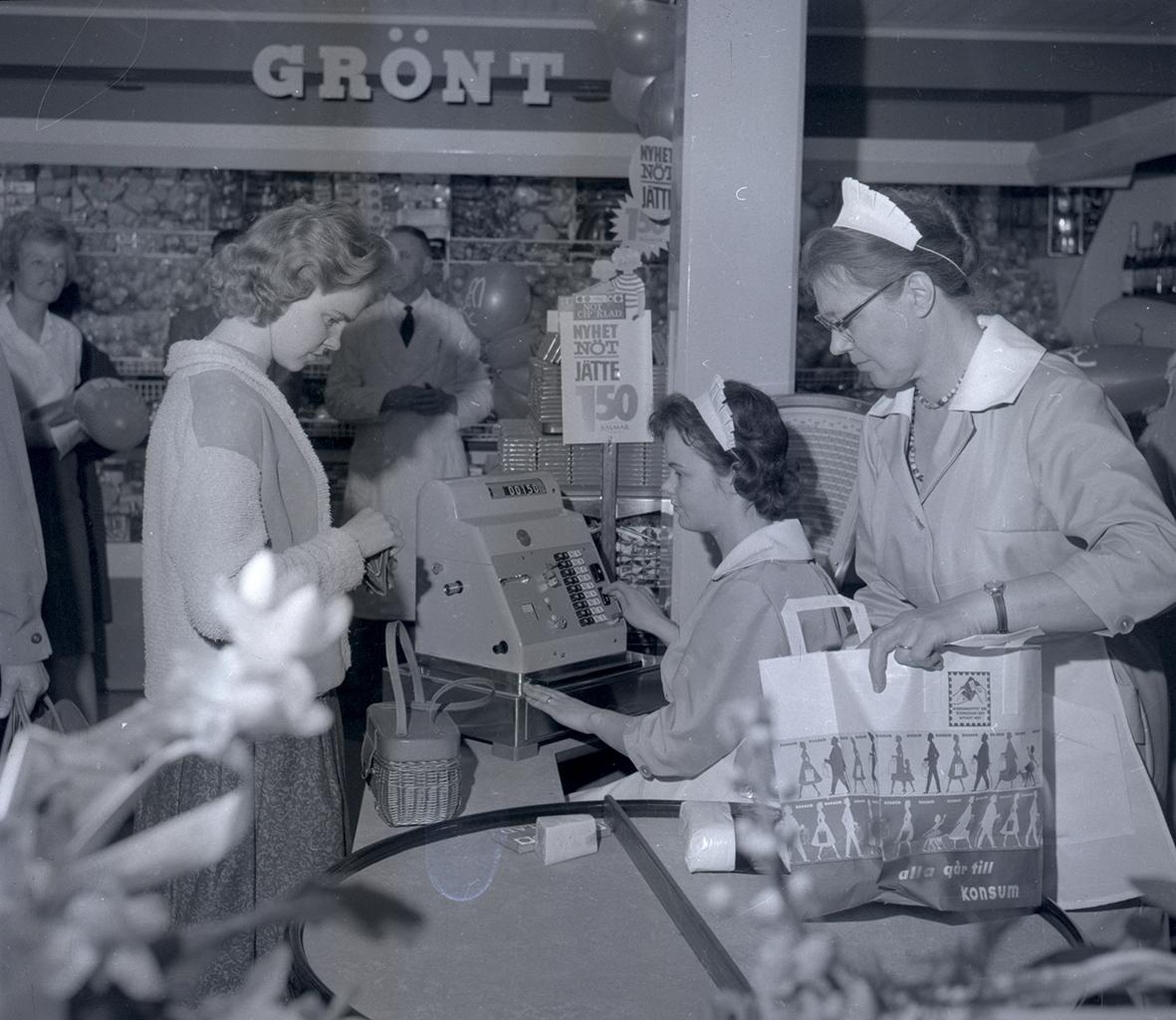Bild tagen i samband med invigning av Konsum. Bild tagen vid kassan.