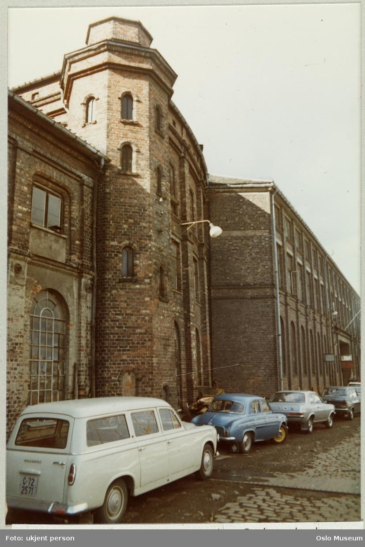 Nylands Verksted, fasade nordover langs elven, trappehus, tidligere oppgang til verksmesterleilighet, biler