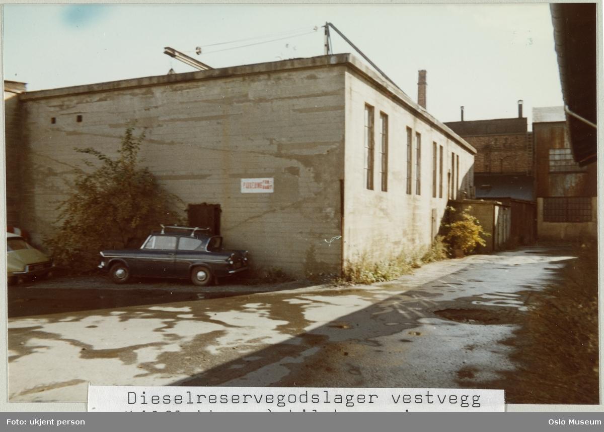 Nylands Verksted, lagerbygning for dieselreservegods, vestvegg, tilfluktsrom, inngang nordtomt til høyre, biler