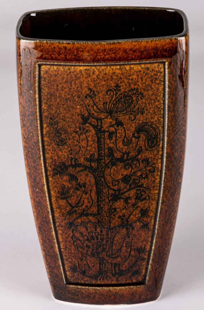 Vas i flintgods formgiven av Dorothy Clough. Brun blank glasyr med svart dekor av träd och fåglar.