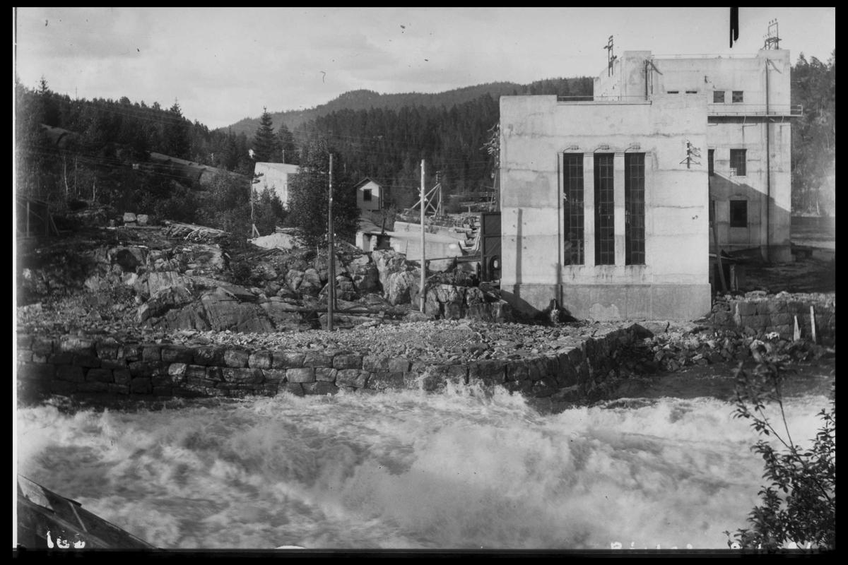 Arendal Fossekompani i begynnelsen av 1900-tallet CD merket 0010, Bilde: 2 Sted: Bøylefoss kraftstasjon i 1913