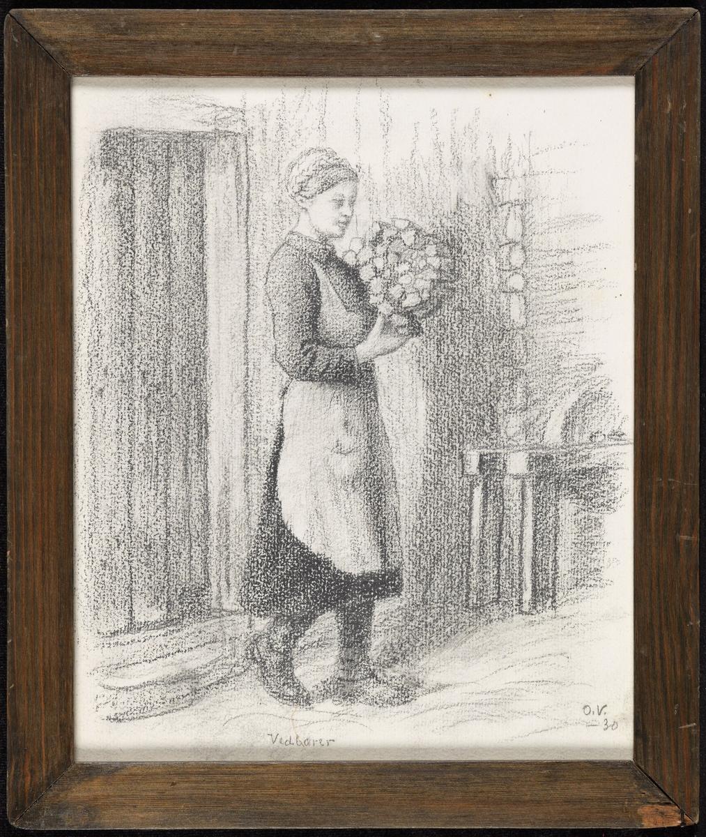 Kvinne, gående, høyrevendt, vedfange i h. arm, forkle, flette om hodet; husvegg.