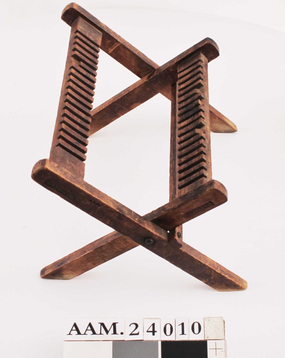 Tørkestativ for fotokopier.  Tre ,  brunbeiset.To rammer med rillet øvre del , hengslet sammen i sidene pm. , slik at det  kan settes opp som et stativ med bena i kryss. Tilstand: et par av rillene er litt avslått øverst. Beisen avslitt.
