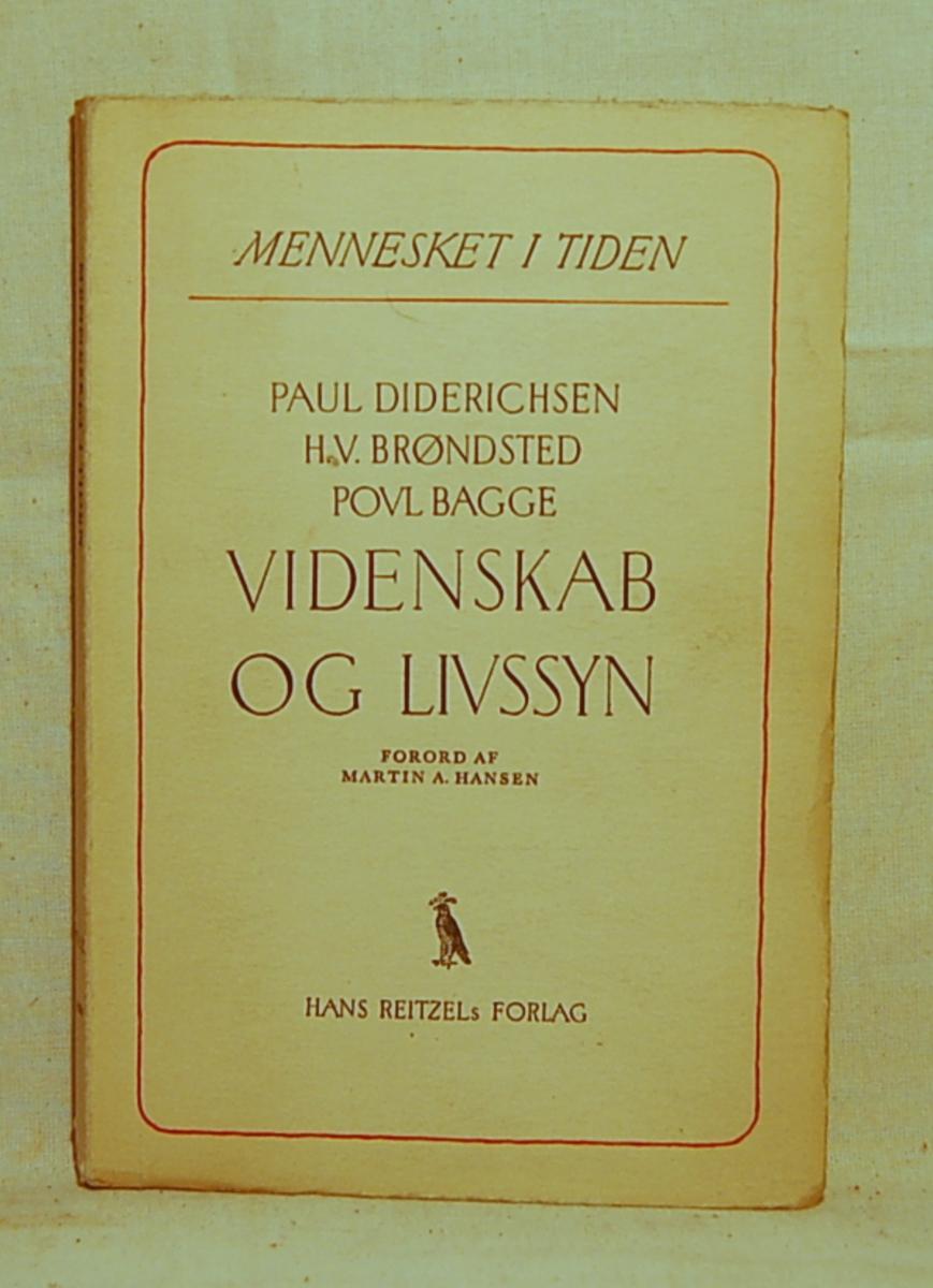 Filosofen Peter Wessel Zapffe og hans kone Berit testamenterte sin eiendom på Båstad i Asker til Universitetet i Oslo. Da det ble besluttet å selge eiendommen i 2009 ble deler av P.W. Zapffes arbeidsrom og andre eiendeler overlatt til Asker Museum. Denne samlingen inngår nå som en permanent utstilling på museet. Bok med hvitt omslag, rød dekor