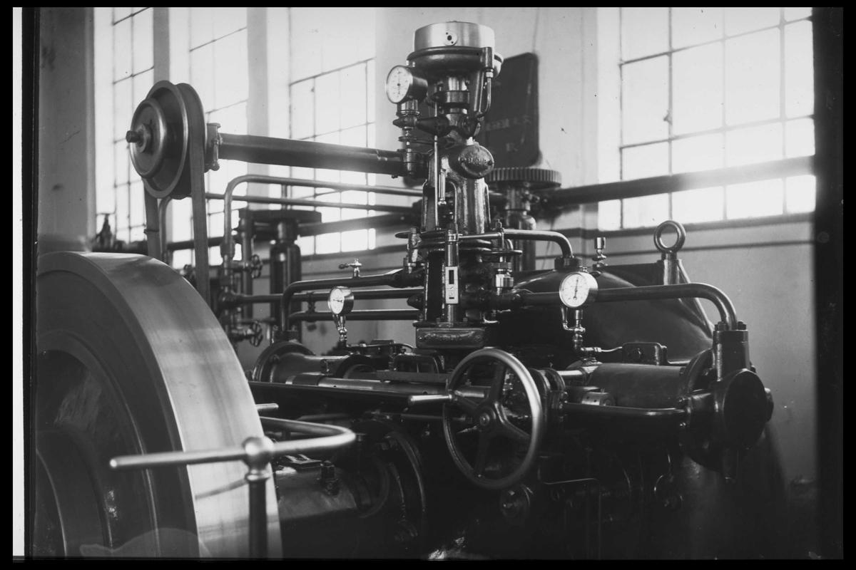 Arendal Fossekompani i begynnelsen av 1900-tallet CD merket 0010, Bilde: 16 Sted: Bøylefoss kraftstasjon i 1913 Beskrivelse: Magnetiseringsmaskin