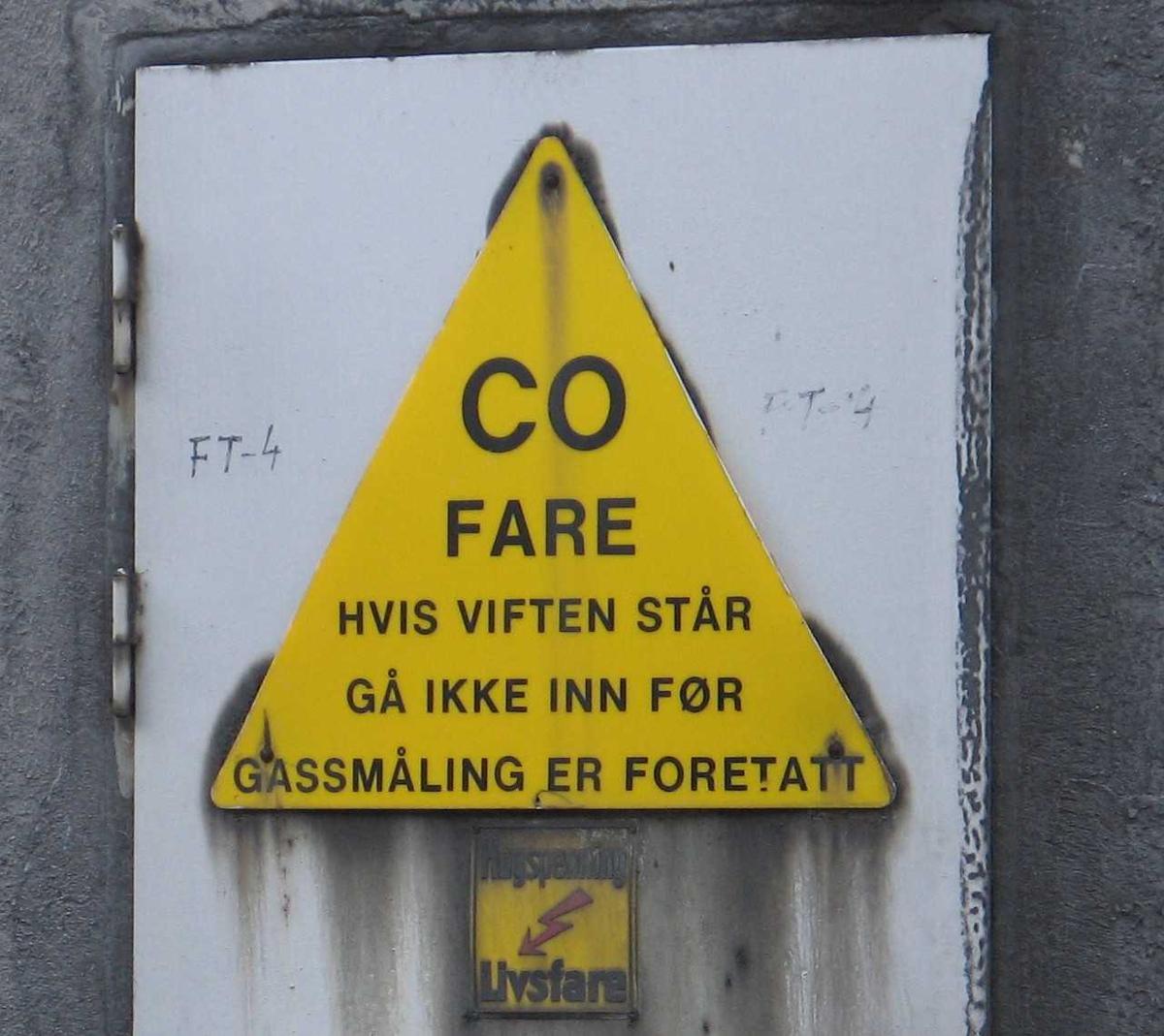 Arendal Smelteverk. Varselskilt CO-fare ved ovnshus B.