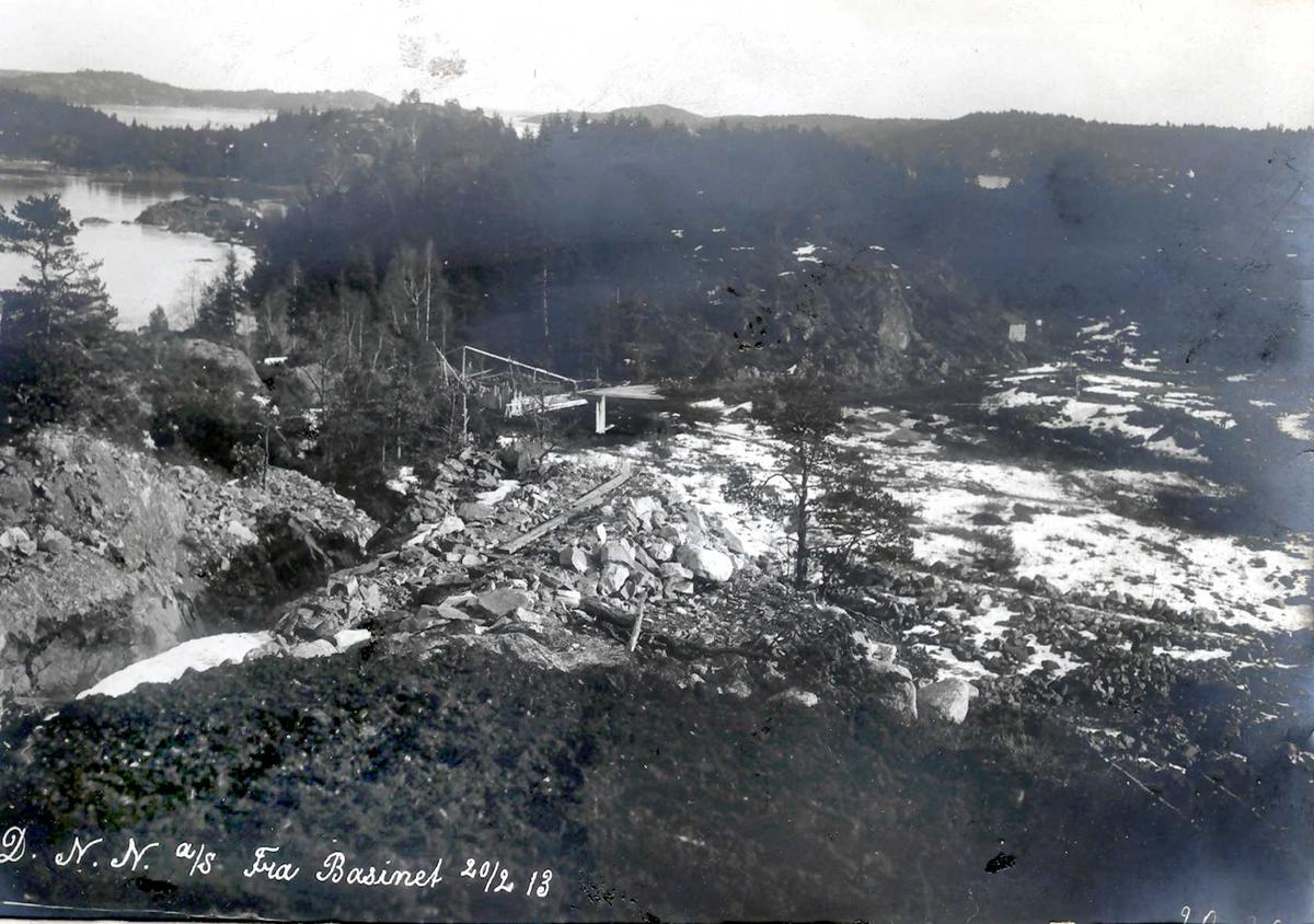 """""""20/02-1913"""" Nitriden. Vannledningsgrøft fra høydebassenget. Heggedalsbukten og Buøy til høyre. I det fjerne Hvideberget. Tromøy til høyre."""