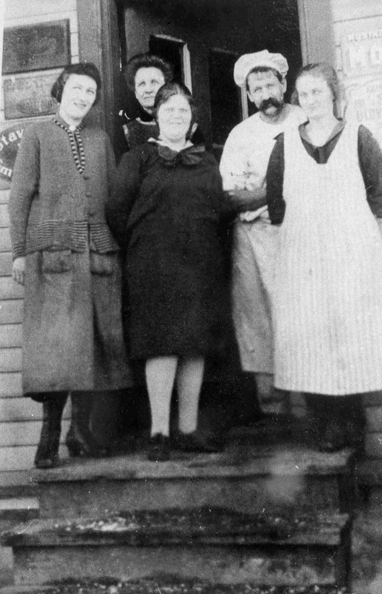 Bilder fra Birkenes kommune Personer foran butikken ca 1930