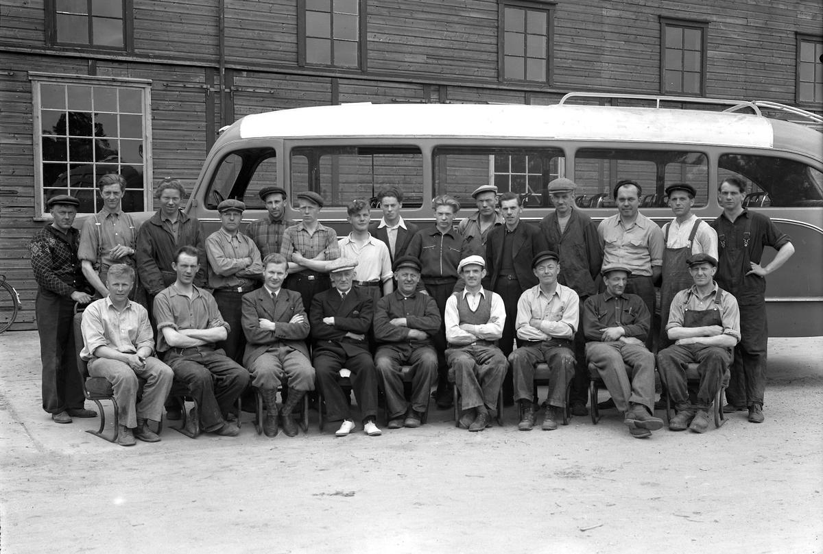 Arbeiderene hos Repstad karoseriverksted - Øygårdsdalen