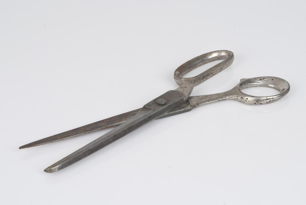 Saks av metall/stål.