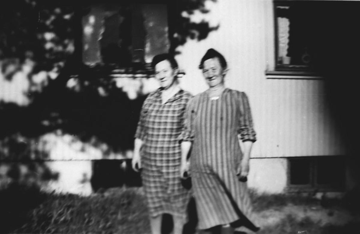Fru Skoghus og hennes tvillingsøster.