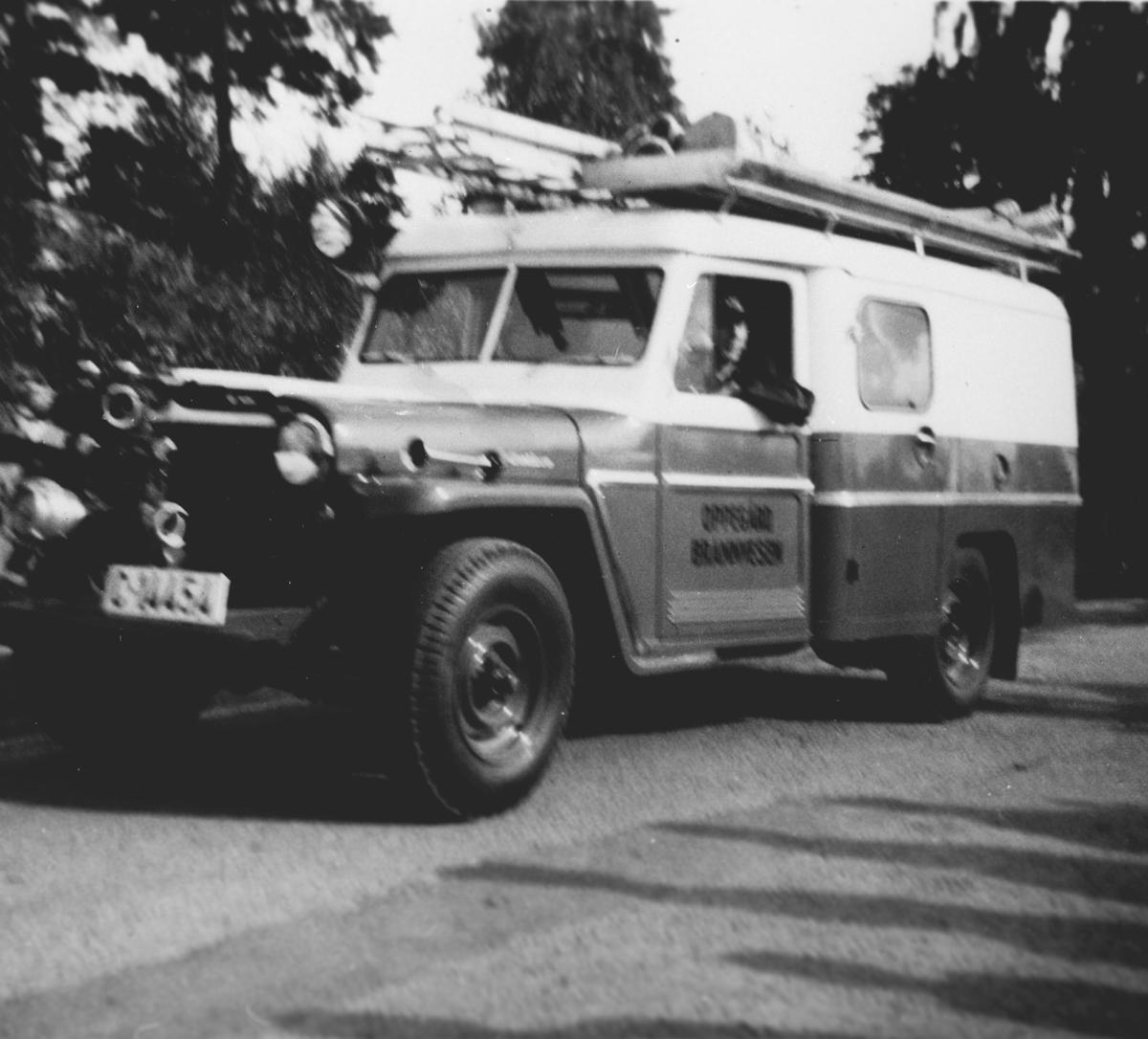 Opptog i forbindelse med Oppegård kommunes 50-års jubileum. En bil fra Oppegård Brannvesen (av merke Willys).