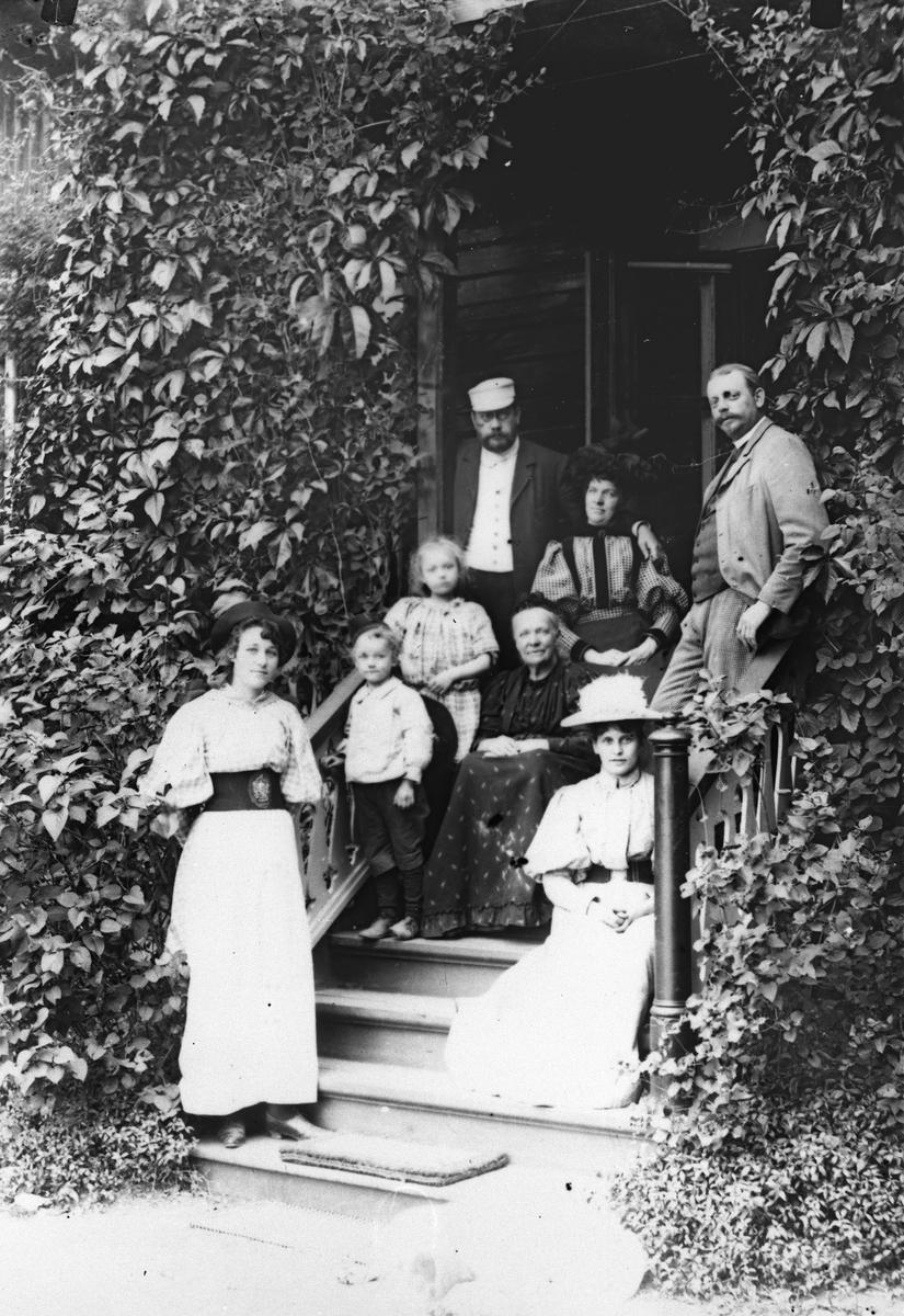 Familie Grann-Meyer på trappen