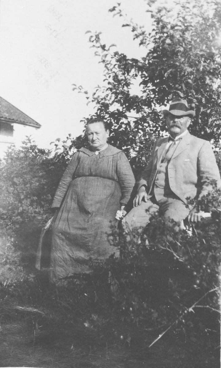 Haven på Fagertun. Kaja Enersen Ruud og malermester Carl J.Ruud