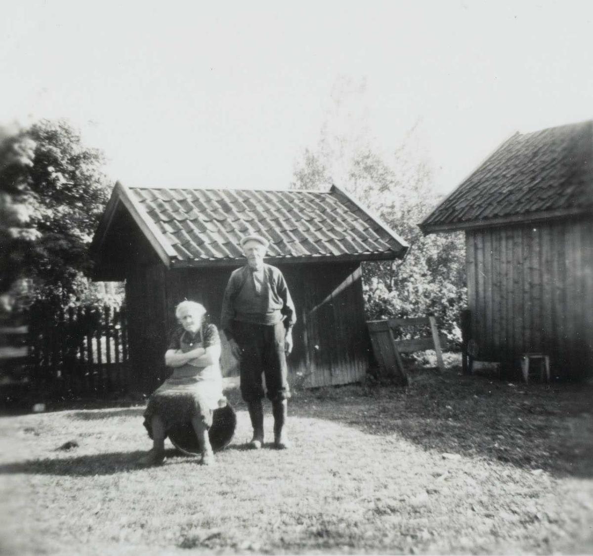 To gamle på gårdstunet på Salstrokken.