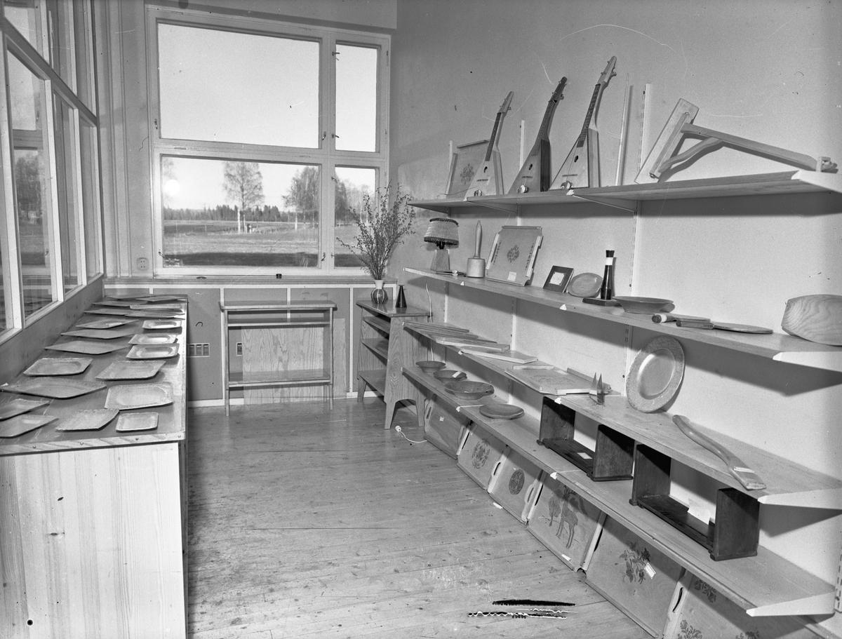 Utstilling av tre- og metallarbeider.