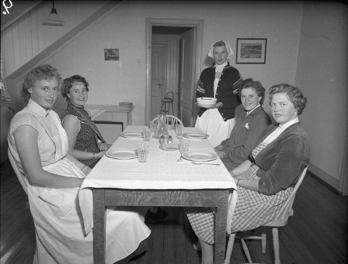 Romerike ungdomsskole / Akershus Fylkes Husmorskolekurs, Sørumsand. Servering.