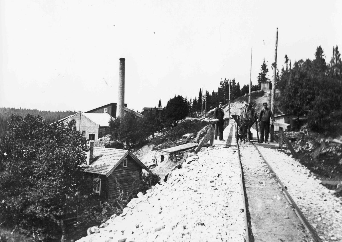 Brøstadgruva ca 1906. I bakgrunnen til venstre er fabrikken, og i forgrunnen er det vesle huset etter skredder Ole Hansen som gruveselskapet brukte som butikk.
