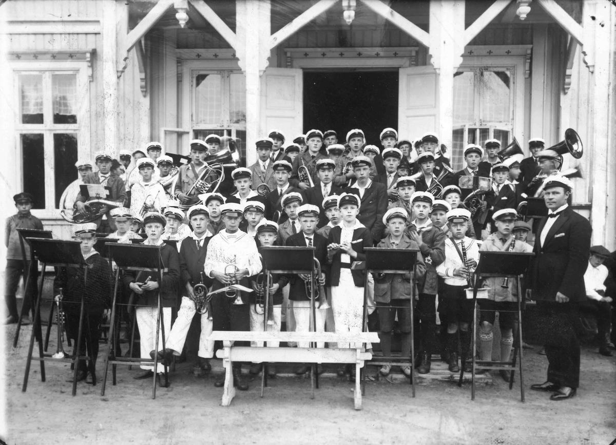 Guttekorps på Tingvoll. Dirigent Leif Ranner til høyre.