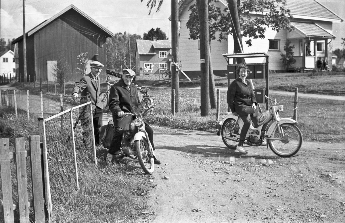 Møte på veien. 02.01.2013: Zundapp moped til venstre og Tempo Lett moped til høyre. Modellår ca. 1961 Skrevet av: Knut Ole Eliesen