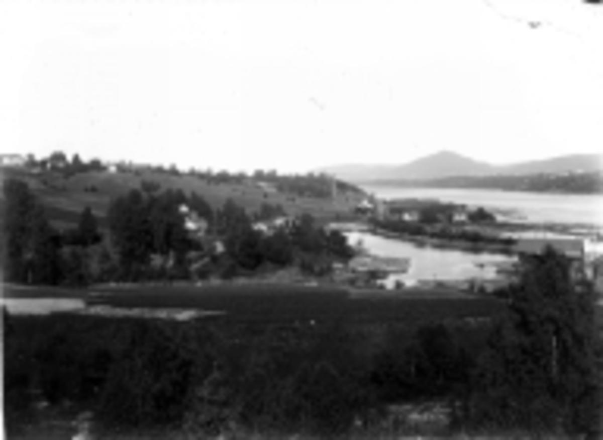 Hoelstangen sett mot nord. Høibraaten sagbruk med store mengder tømmer.