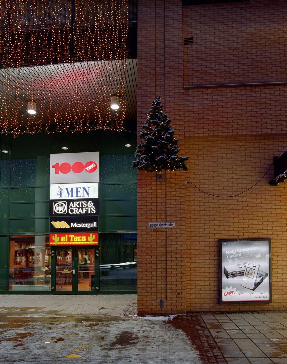 Julebelysning.  Liten juletre opp på vegg med lyslenke ved inngangsparti i Sandvika Storsenter