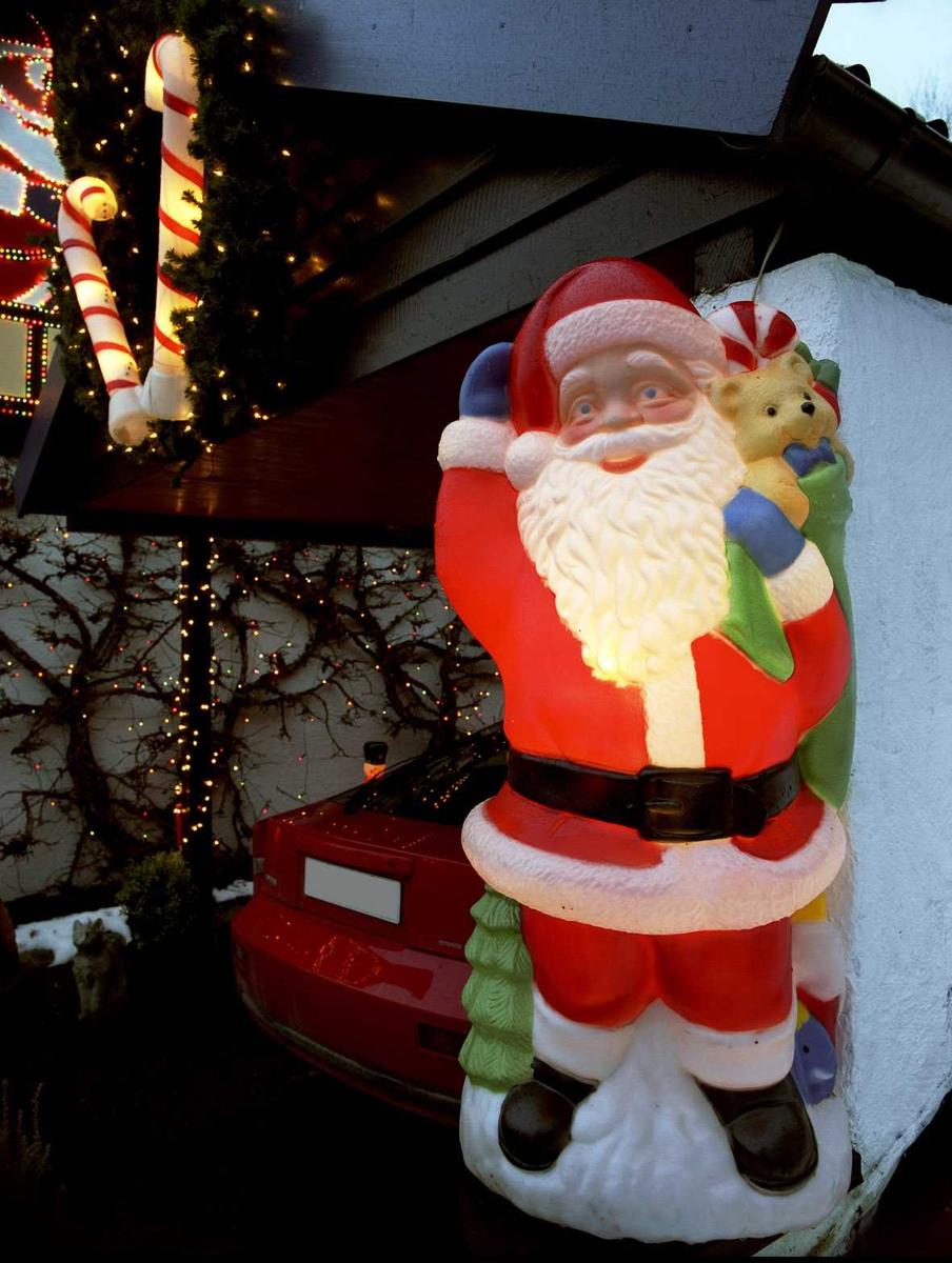 Julebelysning  Fantastisk julebelysning på enebolig. Lysende julenisse og sukkertøy på garasje.