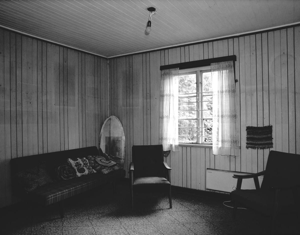 Interiør: stue, speil, vindu, sofa, stol